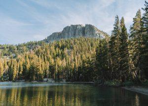 Hiking-McLeod-Lake-in-Mammoth